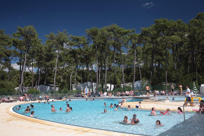 Les pieds dans l'eau dans la piscine du camping