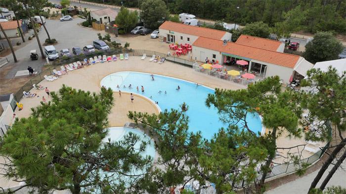 vacances camping les pieds dans l'eau avec piscine