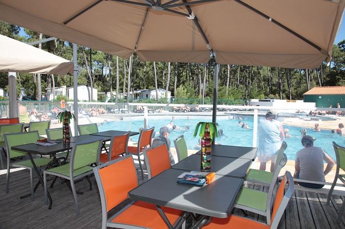 bar du camping pas cher avec vue sur la piscine