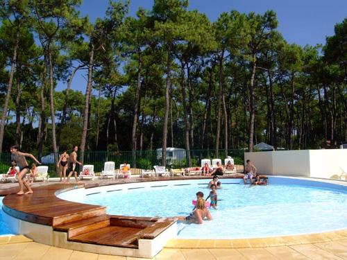 piscine du camping proposant des dernières minutes
